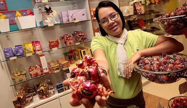 Luciana, promotora da Cacau Show, comemoram o período - Foto: Mila Cordeiro l Ag. A TARDE