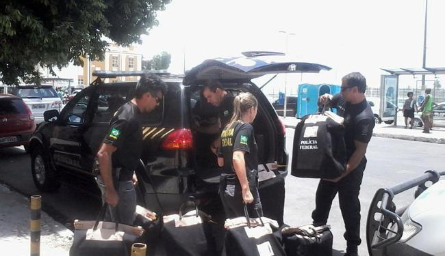 Os agentes saíram do prédio com cerca de 10 malotes - Foto: Paula Pitta   Ag. A TARDE