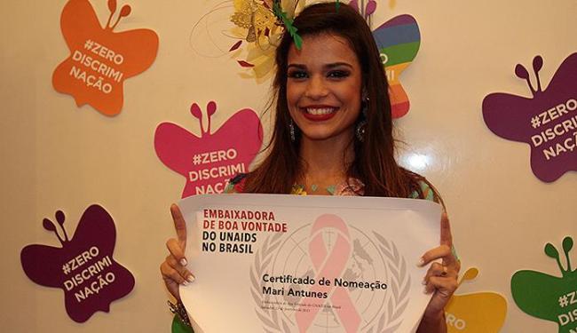 Cantora Mari Antunes exibe título de programa da ONU - Foto: Edilson Lima | Ag. A TARDE
