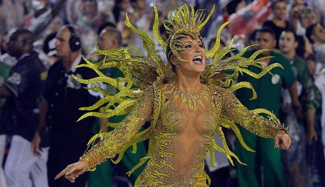 Cantora desfilou fantasiada de sol na escola de samba Mocidade Independente de Padre Miguel - Foto: AP Photo/Leo Correa