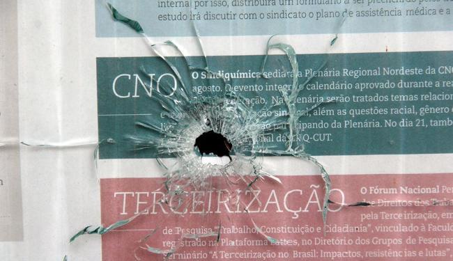 Tiroteio matou 12 pessoas e deixou marcas em construções localizadas na região - Foto: Edilson Lima | Ag. A TARDE