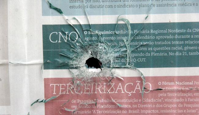 Tiroteio matou 12 pessoas e deixou marcas em construções localizadas na região - Foto: Edilson Lima   Ag. A TARDE
