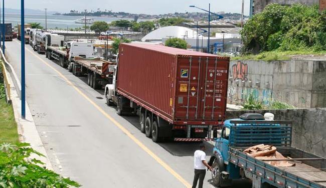 Os caminhoneiros pedem redução do valor do diesel e reajuste da tabela de frete - Foto: Luciano da Matta   Ag. A TARDE
