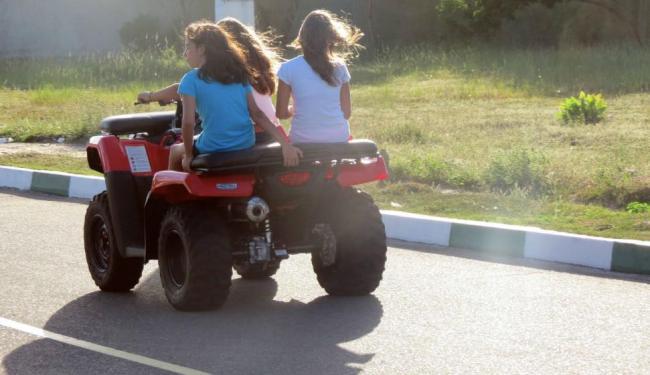 Como no caso das motos, pilotar quadriciclo sem capacete não é permitido - Foto: Carlos Casaes/ Ag. A Tarde