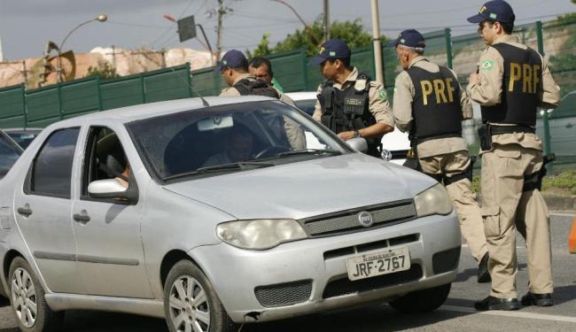 Ação da Polícia Rodoviária Federal em julho passado. As regras de abordagem são semelhantes para tod - Foto: Marco Aurélio Martins / Ag. A TARDE