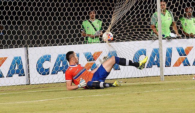 Omar sofre gol de pênalti do Jacobina, um dos cinco que o Tricolor já levou neste Baianão - Foto: Margarida Neide l Ag. A TARDE