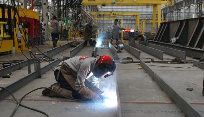 Operários trabalham na fabricação da primeira sonda - Foto: Xando Pereira | Ag. A TARDE