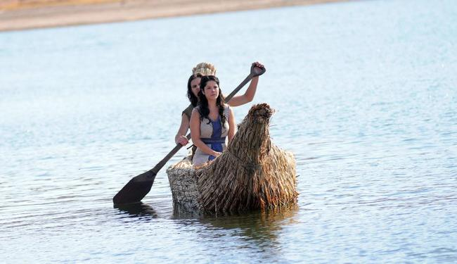 Joquebede (Samara Felippo) coloca seu filho Moisés no Nilo - Foto: Munir Chatack | Record