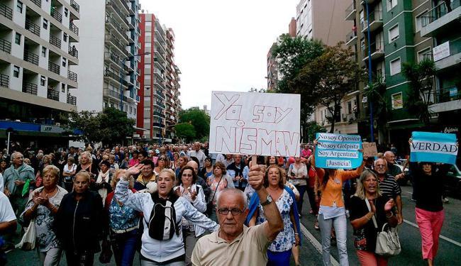 Argentinos realizam passeata que pedia o esclarecimento da morte do promotor - Foto: Agência Reuters