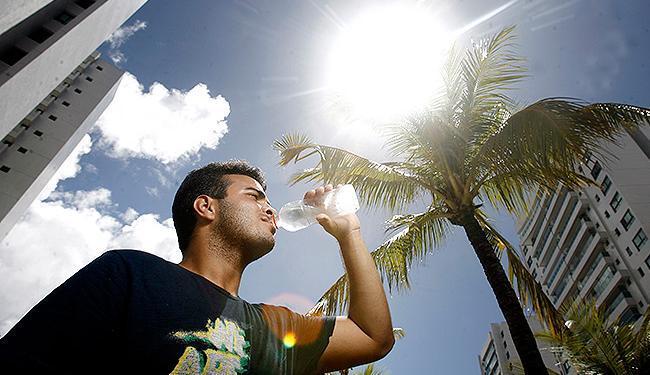 Pedro Victor, 20 anos, bebe três litros de água por dia - Foto: Raul Spinassé | Ag. A TARDE