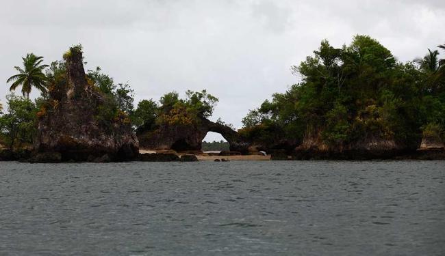 Ilha da Pedra furada é uma das belezas da Península de Maraú - Foto: Fernando Vivas | Ag. A TARDE