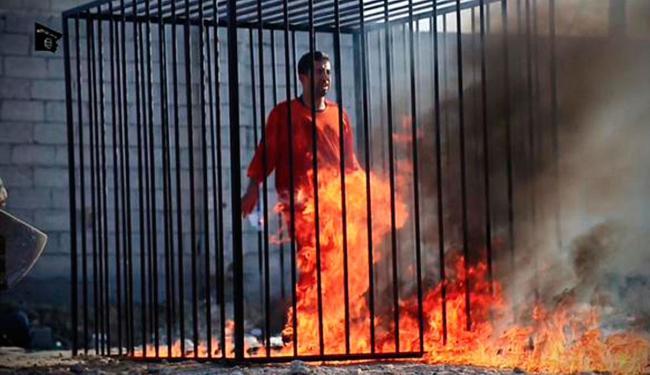 Imagem que circula na internet mostra suposto piloto queimando em jaula - Foto: Reprodução