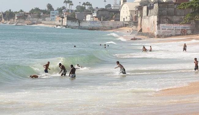 Um dos trechos da Praia de Canta Galo está imprópria para banho - Foto: Vaner Casaes   Ag. A TARDE
