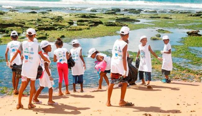Participantes vão coletar lixo da praia - Foto: Divulgação | Passando o Rodo na Praia