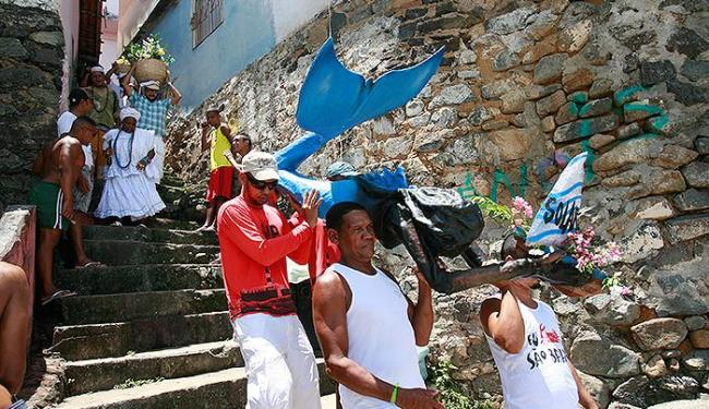 Moradores do Solar do Unhão carregam escultura de sereia, feita por artistas de rua - Foto: Luciano da Matta | Ag. A TARDE