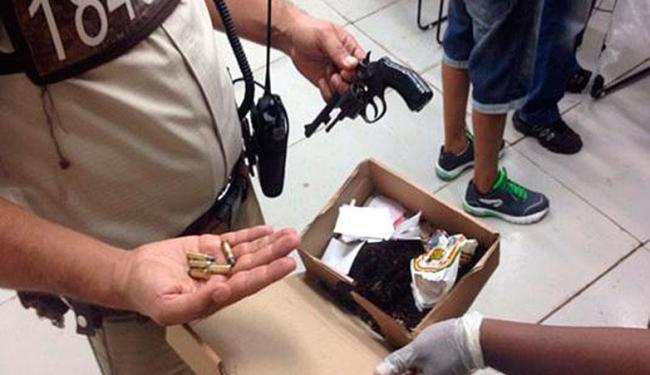 Policiais militares apreenderam, com Roque, arma com seis munições - Foto: Divulgação | PMBA