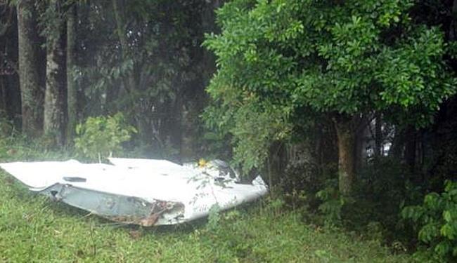 Parte da aeronave que caiu em uma mata fechada - Foto: Divulgação | Polícia Militar