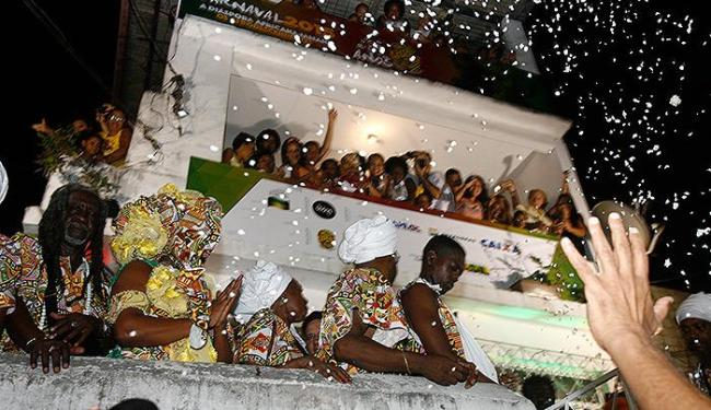 Integrantes do bloco afro soltaram pombas antes do início do desfile - Foto: Marco Aurélio Martins | Ag. A TARDE