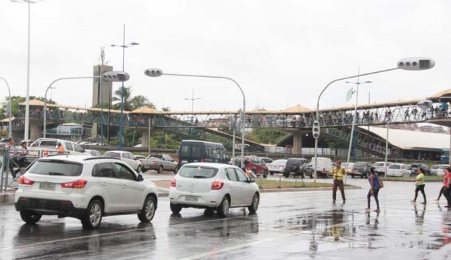 Cidade tem semáforos com problemas e vários pontos de alagamento - Foto: Edilson Lima | Ag. A TARDE