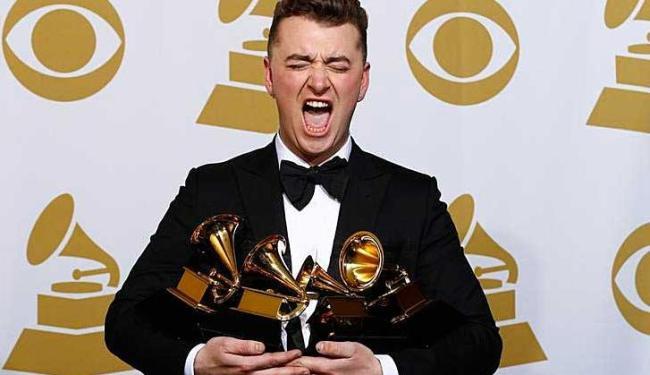 Sam Smith posando com os quatro prêmios Grammy recebidos em Los Angeles - Foto: Mike Blake | Agência Reuters