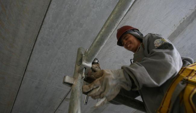 Função de montador de andaimes oferece 120 vagas nesta terça - Foto: Raul Spinassé   Ag. A TARDE