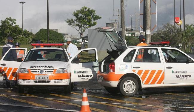 Funcionários reivindicam aumento salarial, além de melhorias nas condições de trabalho - Foto: Abmael Silva | Ag. A TARDE | 15.08.2010