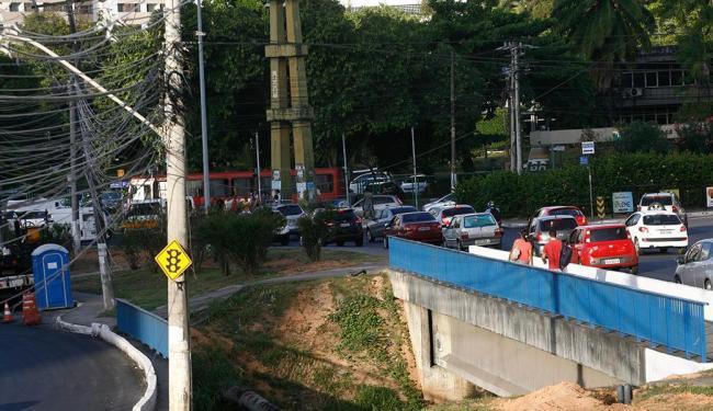 Trânsito lento na Av. Tancredo Neves: obras já iniciadas visam melhorar fluidez no Costa Azul e orla - Foto: Fernando Amorim | Ag. A TARDE