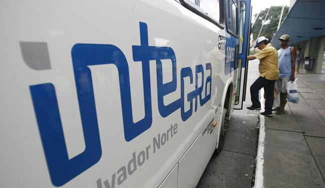 Idosos têm entrada pela dianteira com os outros passageiros - Foto: Raul Spinassé | Ag. A TARDE