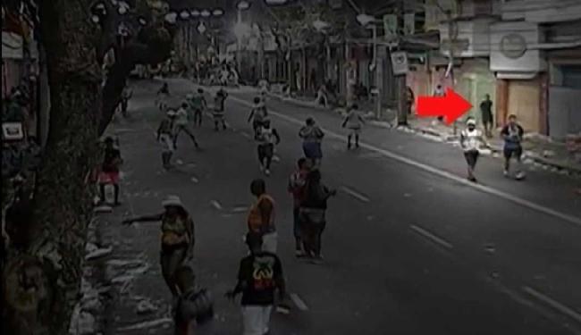 Frame do vídeo mostra suspeito na calçada após os disparos - Foto: Reprodução