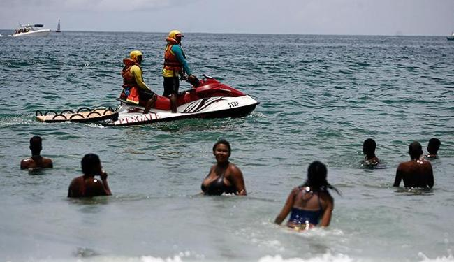Neste período de festa, é intensificada a vigilância com motos aquáticas nas praias do Circuito Dodô - Foto: Raul Spinassé l Ag. A TARDE