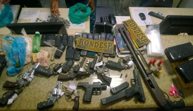 Armas, drogas e celulares foram encontrados pelos policiais - Foto: Divulgação/Polícia Militar