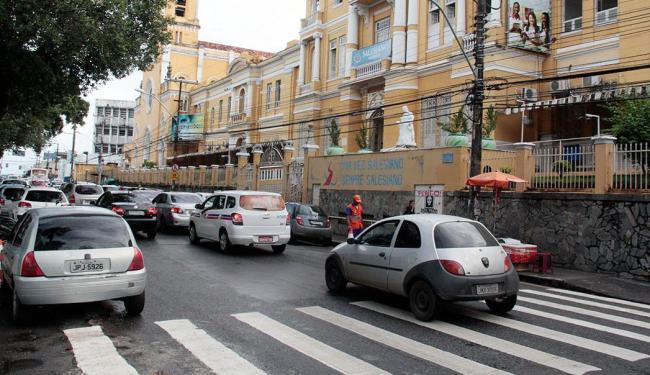 Trânsito ficou lento em frente ao colégio Salesiano - Foto: Edilson Lima   Ag. A TARDE
