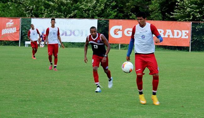 Willians Santana (camisa escura) assinalou os gols durnate coletivo - Foto: Divulgalção l E.C. Bahia