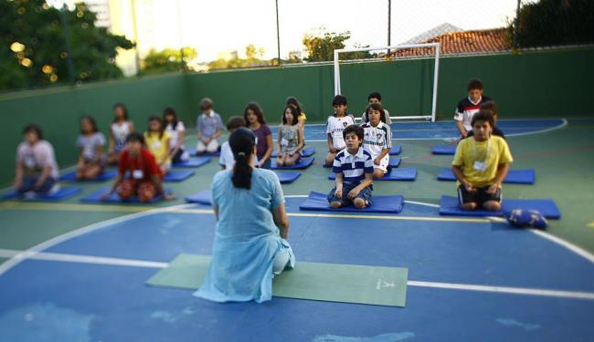 O Colégio Miró incluiu o yoga na grade do turno integral - Foto: Fernando Vivas | Ag. A TARDE | 21.09.2011