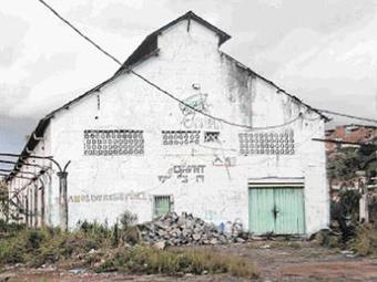 Galpões estão totalmente abandonados e se viraram refúgio para marginais - Foto: Raul Aguilar l Ag. A TARDE