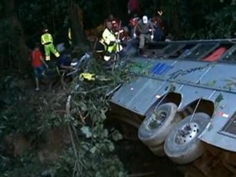 Corpo de Bombeiros vai passar a madrugada resgatando os feridos do acidente - Foto: Reprodução   RBS TV