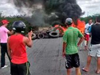 Manifestantes atearam fogo em pneus para bloquear a via - Foto: Foto do leitor: Cidadão Repórter