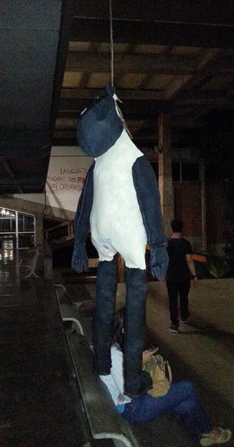 Boneco foi posto no pátio da Escola de Arquitetura - Foto: Divulgação