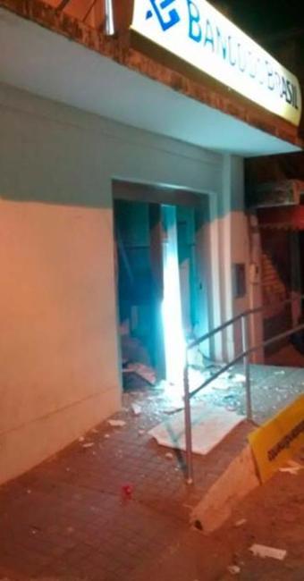 Os vidros da agência também foram estilhaçados com a explosão - Foto: Reprodução: Alta Pressão Online