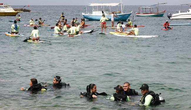Mergulhadores e praticantes de stand up paddle durante ação ambiental para recolher lixo do mar - Foto: Fernando Amorim | Ag. A TARDE