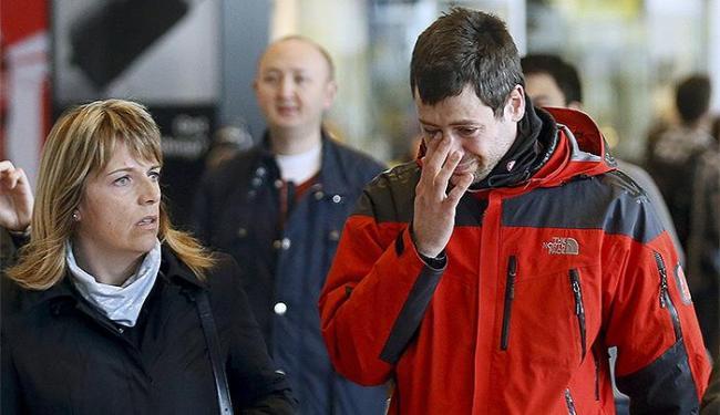 Familiares de passageiros de voo da Germanwings chegam ao aeroporto de El Prat, em Barcelona - Foto: Albert Gea l Reuters