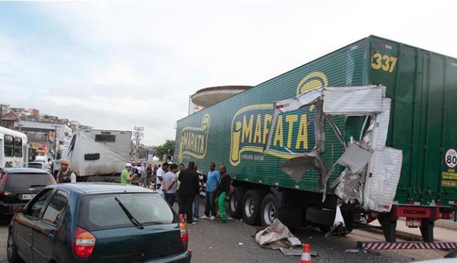 O acidente envolveu dois caminhões; uma pessoa morreu - Foto: Edilson Lima | Ag. A TARDE