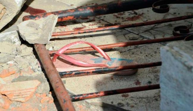 Crianças foram atingidas por escombro de muro que foi derrubado por carro desgovernado - Foto: Reprodução   Acorda Cidade