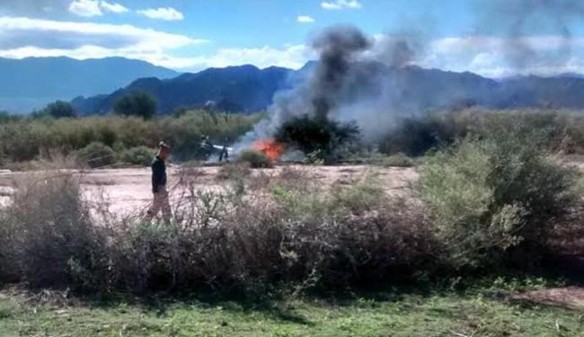 Registro dos helicópteros ainda pegando fogo após o acidente - Foto: Gabriel Gonzalez   AP Photo