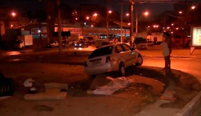 Carro invadiu calçada e atropelou dois moradores de rua - Foto: Reprodução l TV Bahia