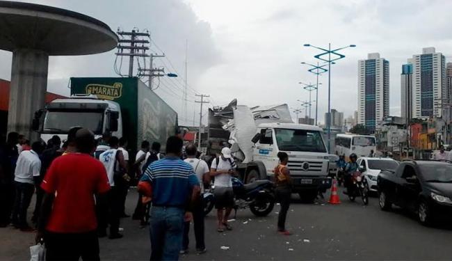 Trânsito está interditado na Barros Reis - Foto: Edilson Lima | Ag. A TARDE