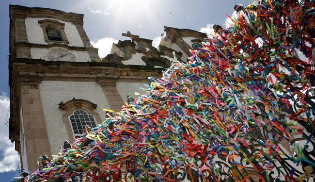 Devotos amarram as tradicionais fitinhas do Bonfim em frente à Basílica - Foto: Marco Aurélio Martins | Ag. A TARDE