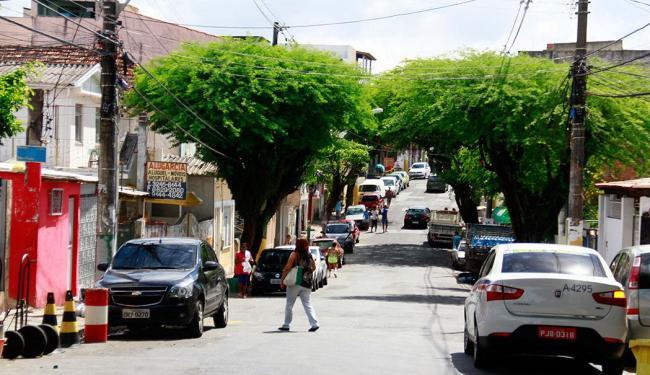 A tranquilidade da rua Prediliano Pitta, no fim de linha do bairro... - Foto: Edilson Lima | Ag. A TARDE