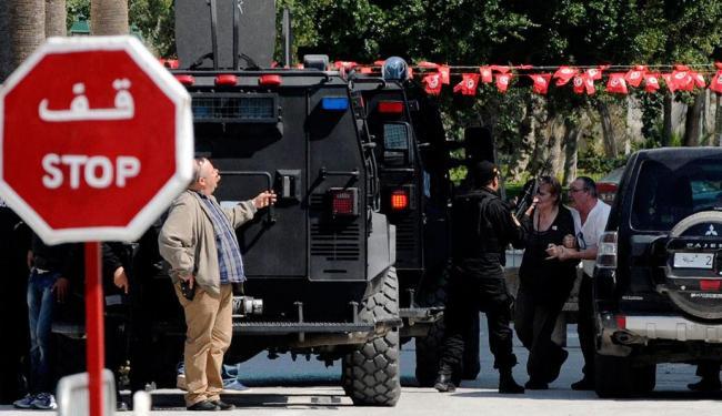 Turista é socorrida por equipe de resgate após ataque a museu - Foto: Agência Reuters