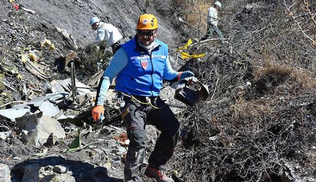 Busca por destroços de avião continua por terra devido ao mau tempo - Foto: Reuters